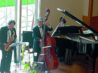 ジャズトリオの演奏の様子