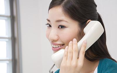 女性が電話で話しているイメージ画像